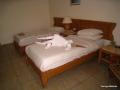 Unser Bett mit Handtuch Figur Krokodil