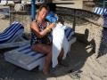 Babsy an der Strandliege