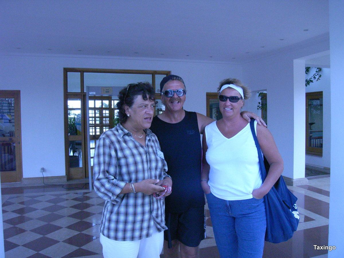 Babsy und Taxingo mit Ursula Wolf die gute Seele des Lahami Bay